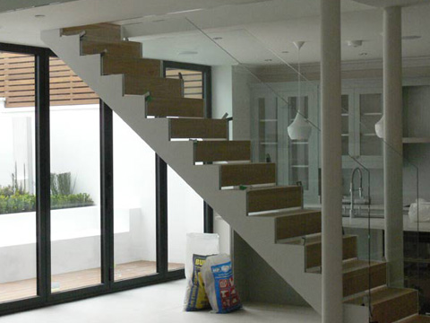 Double stringer staircase with wooden treads